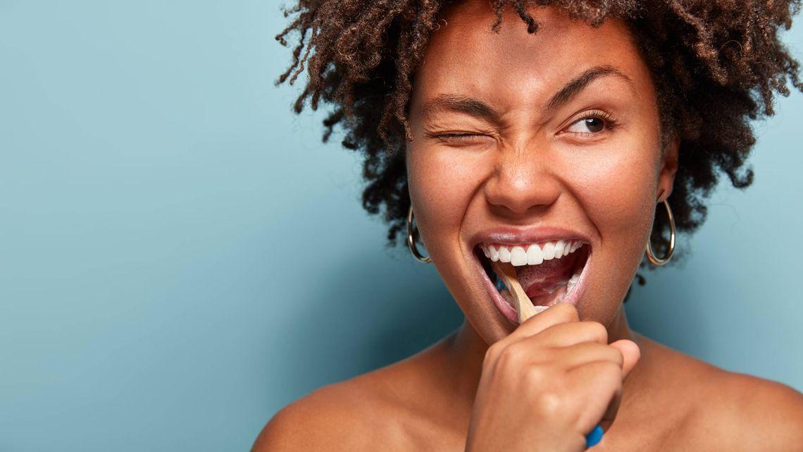 femme qui se brosse les dents