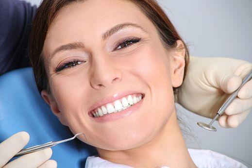 Femme qui sourit au dentiste