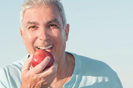 homme mange une pomme