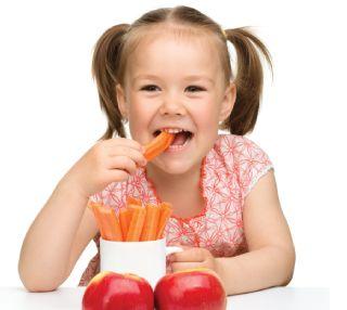 un enfant qui mange des carottes