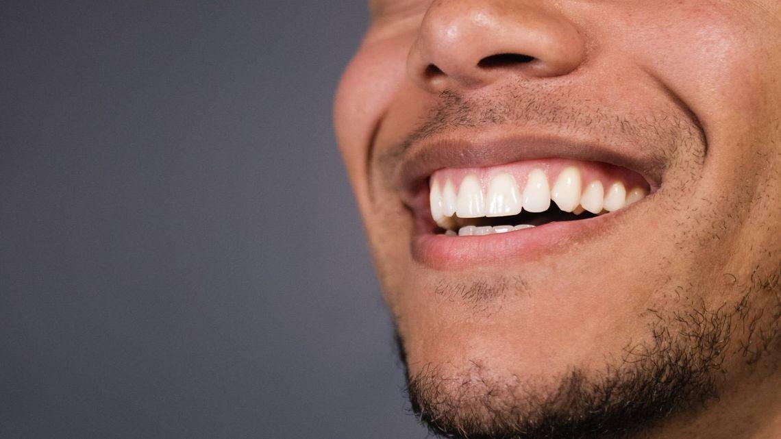 un sourire d'un jeune adulte en bonne santé