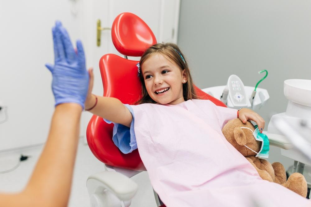 Une jeune fille chez le dentiste pour un scellant dentaire